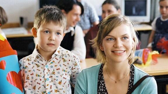 Dominik (Leo Natalis) wird eingeschult, Leni Bluhm (Anna Loos) ist stolz auf ihren Sohn.