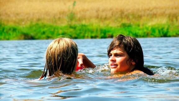 Lisa (Lisa Sczepanski) und Jan (Arkadij Blinow) schwimmen im See.