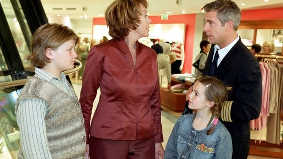 Die elegante Juliane (Gaby Dohm) ist gar nicht erfreut, als ihr Schwiegersohn Martin (Florian Fitz) sie als Babysitterin für seine beiden Kinder Sarah (Emelie Kundrun) und Nils (Benjamin Seidel) anheuern will.