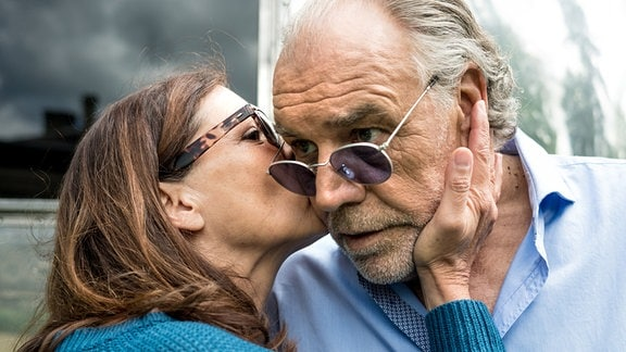 Marlene (Angela Roy) küsst Borchert (Christian Kohlund) auf die Wange.