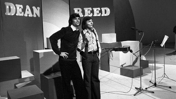 Dean Reed (li) und Václav Neckár (Sänger) (re)