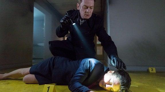 Kommissar Drexler (Sylvester Groth) analysiert die Leiche.