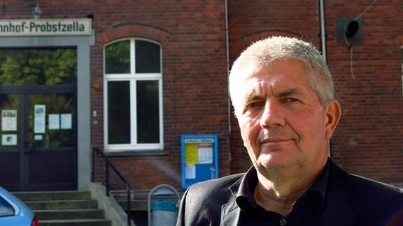 Roland Jahn, Bundesbeauftragter für die Unterlagen des Staatssicherheitsdienstes der ehemaligen Deutschen Demokratischen Republik, vor dem Bahnhof Probstzella.