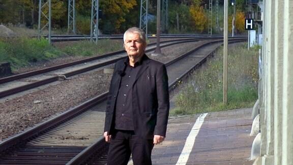 Roland Jahn, Bundesbeauftragter für die Unterlagen des Staatssicherheitsdienstes der ehemaligen Deutschen Demokratischen Republik am Bahnsteig Bahnhof Probstzella.