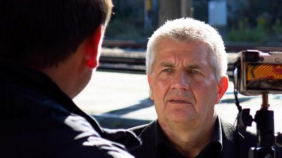 Roland Jahn bei den Dreharbeiten am Bahnhof Probstzella