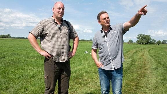 Naturschützer und Ornithologe Axel Schonert und Axel Bulthaupt (re.) unterwegs auf den Elbwiesen