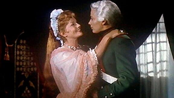 Die russische Zarin Elisabeta Petrowna (Isa Miranda, r.) macht dem Chevalier d`Éon (Andrée Debar), der eigentlich eine Frau ist, stürmisch den Hof.
