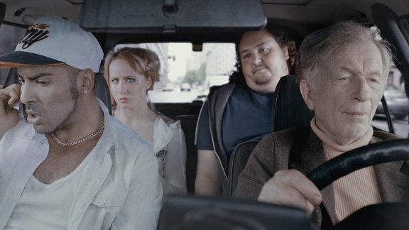 Klaus Grill (Hermann Bayer) chauffiert Fahrgäste in seinem Taxi durch Berlin.