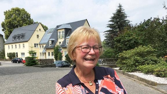 Eine Frau lächelt in die Kamera.