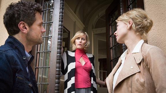 Die Kommissare Kristina Katzer (Isabell Gerschke, r.) und Lukas Hundt (Oliver Franck, l.) fragen Maria Klose (Gesine Cukrowski, M), die Witwe des Mordopfers, nach ihrem Alibi.