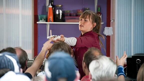 Im Endspurt: Patty (Luise Risch) beim Currywurst Wettbewerb.