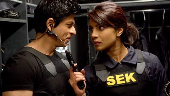Gangsterkönig Don (ShahRukh Khan) und seine Lieblingsfeindin, die Interpol-Agentin Roma (Priyanka Chopra), haben eine etwas spezielle Art, miteinander zu flirten.