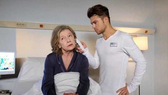 Renate Hardenberg (Lisa Kreuzer) ist in der Sachsenklinik um sich Nierensteine entfernen zu lassen, außerdem plagt sie ein ständiger Schluckauf. Renate wundert sich sehr über den sonst so freundlichen und fröhlichen Pfleger Kris (Jascha Rust). Irgendetwas scheint ihn sehr zu belasten.