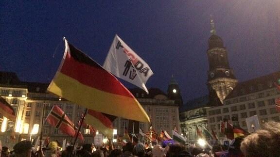 """""""Wir sind das Volk!"""" und """"Merkel muss weg!"""" – jeden Montag zieht PEGIDA durch Dresden."""