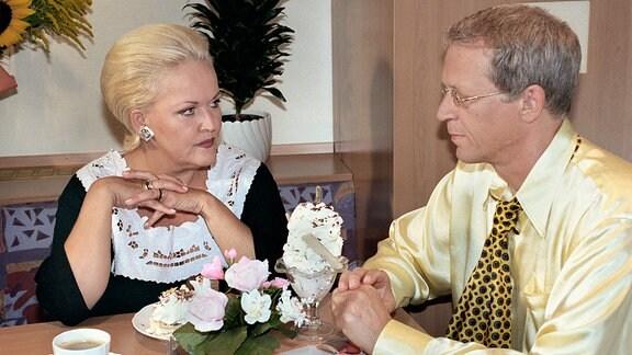 Victoria Voß (Angelika Milster) läßt sich gern von Herrn Tingelmann (Gernot Endemann) zu viel Süßem verführen.