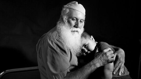Begleiten darf den kleinen Jungen nur sein Großvater Abu Naim.