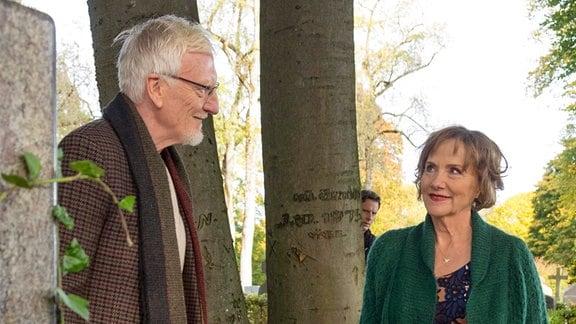 Ist er der romantische Briefeschreiber? Gisela (Ruth Reinecke) sieht den Witwer Theodor (Ernst Stötzner) nun mit anderen Augen.