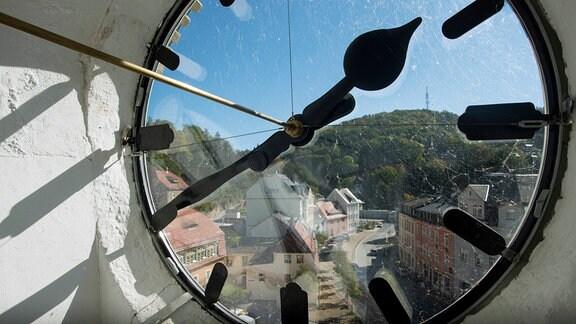 Blick durch eine Uhr