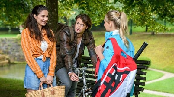 Denise (Helen Barke, l.) berichtet Annabelle (Jenny Löffler, r.) stolz, dass sie mit Joshua (Julian Schneider, M.) an ihrem Trauma gearbeitet hat.