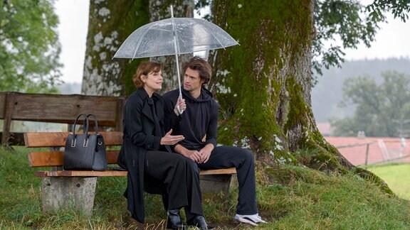 Xenia (Elke Winkens, l.) versucht Joshua (Julian Schneider, r.) davon zu überzeugen, seine leibliche Mutter zu treffen.