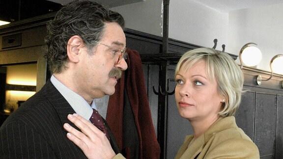 Die aufstrebende Rechtsanwältin Judith Kemp (Jennifer Nitsch) gibt ihrem Chef Stefan Walther (Gunter Berger) wieder einmal einen Korb.