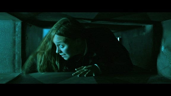 Emily (Anna Unterberger) auf der Flucht.