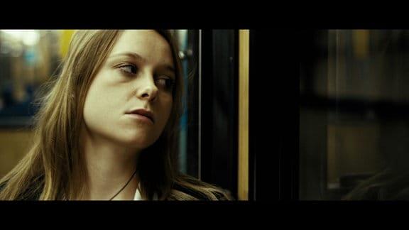 Emily (Anna Unterberger) fährt von ihrem Date sitzengelassen nach Hause