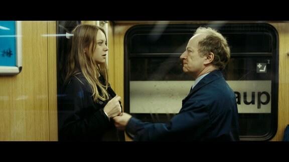 Christian M. (Stefan Merki) hat Emily (Anna Unterberger) aufgelauert.