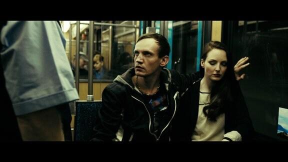 Boris (Adam Markiewicz, Mitte) rastet bei einer Fahrkartenkontrolle aus.
