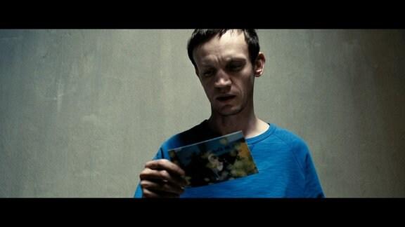 Emilys Bruder Boris (Adam Markiewicz) ist für seine Tat in den Knast gewandert.