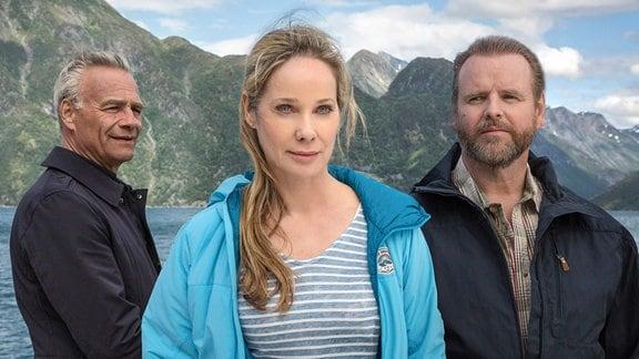 Die Begegnung mit Henrik (Klaus J. Behrendt, li.) stellt die Ehe von Birthe (Ann-Kathrin Kramer) und Nils (Felix Vörtler, re.) auf eine schwere Probe.