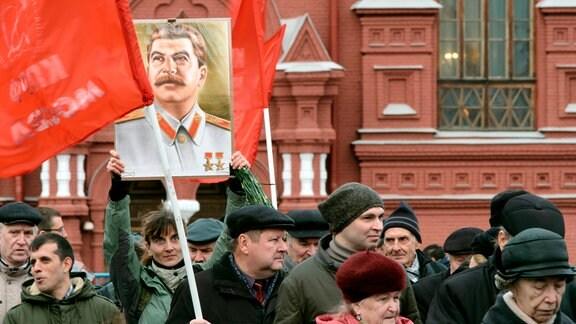 Demonstration auf dem Roten Platz, ein Bild von Stalin ist zu sehen.