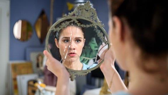 Denise (Helen Barke) stellt fest, dass der Spiegel seine Magie verloren hat.