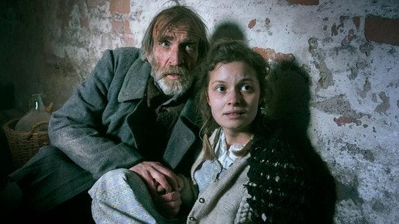 Greta (Fabienne Haller) und ihr Vater Gerd (Jochen Nickel) verstecken sich im Keller.