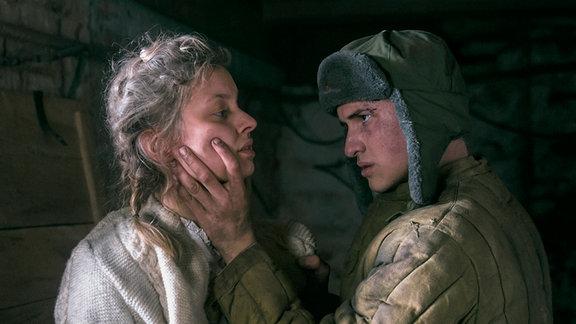 Anatolij (Tigran Petrosyan) packt Greta (Fabienne Haller).