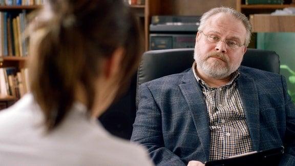 Dr. Mannick (Martin Reik) beobachtet seine Patientin Natalie (Susanne Wolff) genau.