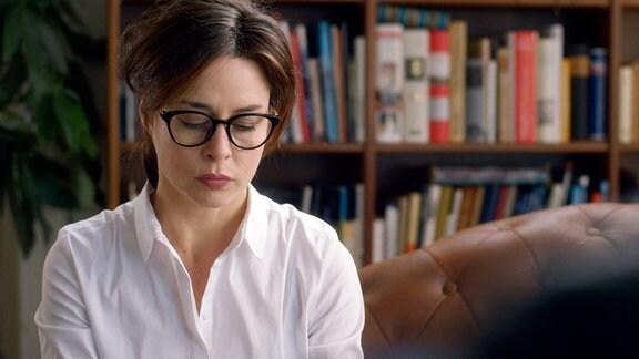 Natalie Dupont (Susanne Wolff) ist eigentlich wegen Schlafproblemen zu Dr. Mannick (Martin Reik) gekommen.