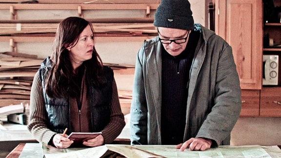 Bürgermeister Holz-Kummer (Jan Kummer) studiert mit seiner Frau Beate (Beate Düber) die Landkarte von Hammerthal.
