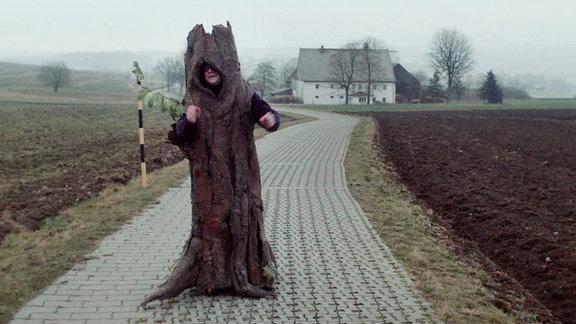 Ein Baum (Jan Kummer) wandelt durch Hammerthal.