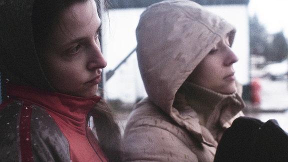 Ela (Karolina Romuk-Wodoracka, re.) lebt mit ihrer älteren Schwester Janina (Karolina Porcari) in der polnischen Provinz