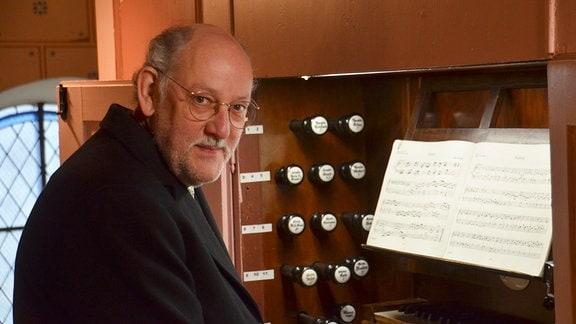 Pastor Norbert Lazay an der Orgel (Foto für alle Folgen)