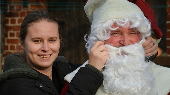 Undine und ihr Vater Torsten in Vorbereitung der Weihnachtsfeier des Fußballvereins (Foto für alle Folgen)
