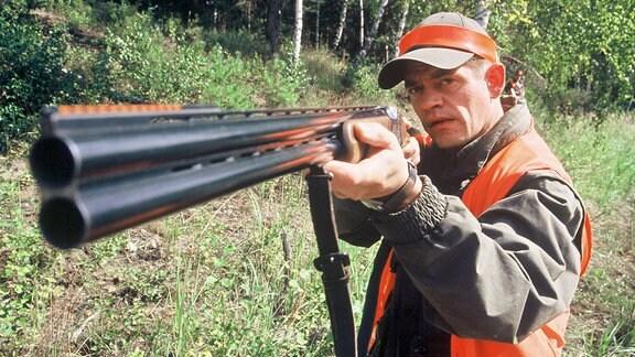 Bei jeder Jagd dabei:Waffenhändler und Experte Georg Herboltz (Henning Peker).