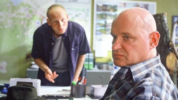 Kain (Bernd Michael Lade, l.) befragt Gernot Dietz (Christian Redl, r.) im Polizeipräsidium.