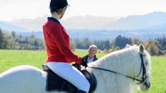 Emily sitzt auf einem Pferd.