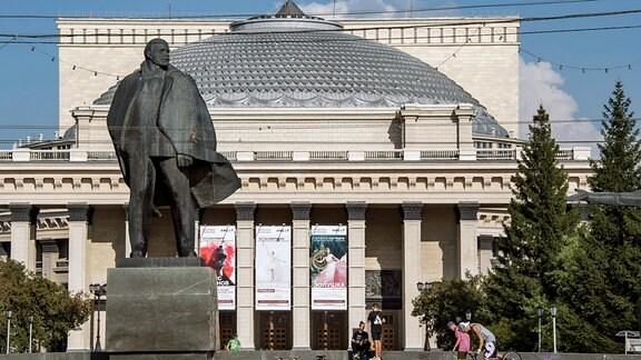 Lenin ist im ganzen Land präsent – wie hier in Novosibirsk vor der Oper.