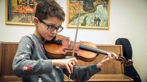Kruzianer Clemens übt auf der Geige