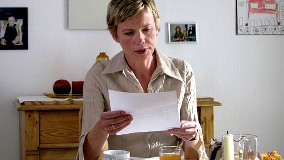 Die Mutter (Gesa Badenhorst) erhält von ihrer Familie die Kündigung.