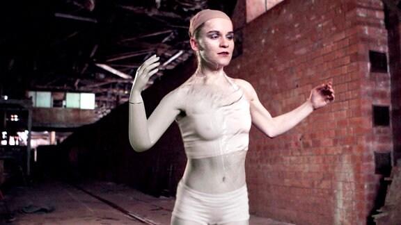 Die Tänzerin (Robina Steyer) kämpft gegen die Vergänglichkeit ihres Körpers.