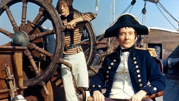 Kapitän Fearless (Kenneth Williams, r.) hat von Seefahrt genauso wenig Ahnung wie Walter Sweetly (Charles Hawtrey), der Abtrittreiniger.